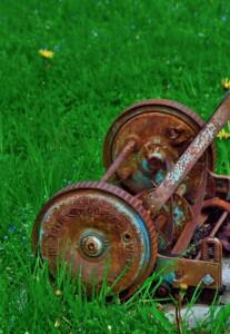rostig trasig gräsklippare